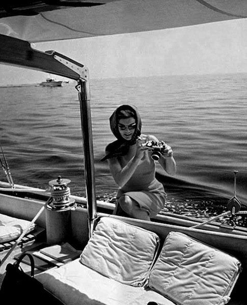 Jacqueline-Kennedy-Onassis-with-an-SLR
