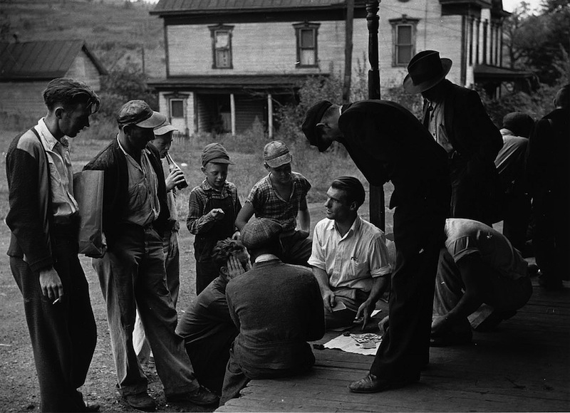 Marion Post Wolcott 02-Coal miners' card game on the porch, Chaplin, West Virginia, 1938