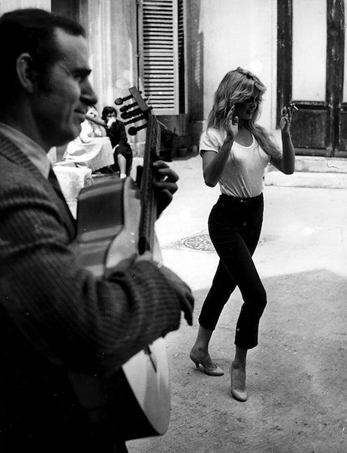Brigitte bardot dancing on a rhythm of a gypsy guitar player