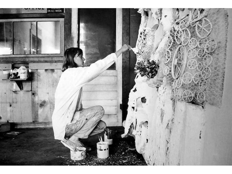 Dennis Hopper - Niki de Saint Phalle (kneeling), 1963